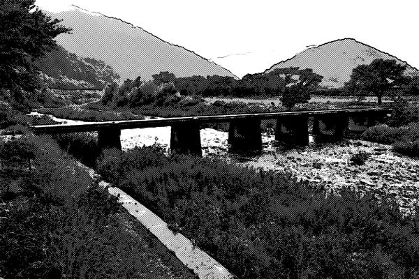 田舎 橋が架かる川